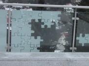 Edelstahlpfosten und -handlauf mit eingespanntem Sicherheitsglas