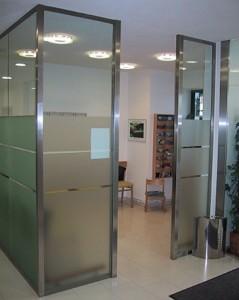 Raumteiler aus teilweise satiniertem Glas mit einem Edelstahlrahmen