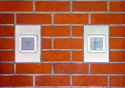 Edelstahlblenden zur Einlassung von Sprechanlagen in Sichtmauerwerk