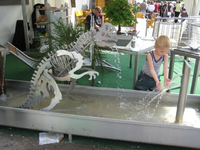 Dino in Wasserwanne - Edelstahlkunstwerk